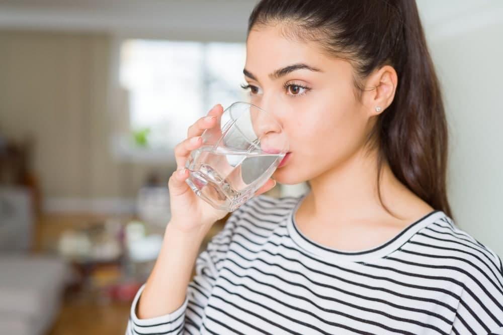 نوشیدن آب برای پر شدن گونه ها